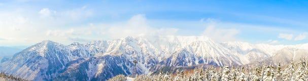 Panorama de paysage de neige de montagne avec le ciel bleu, Japon Photo libre de droits