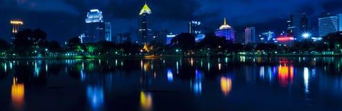 Panorama de paysage urbain de nuit Photographie stock