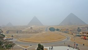 Panorama de pirámides y de la esfinge en la necrópolis de Giza almacen de metraje de vídeo