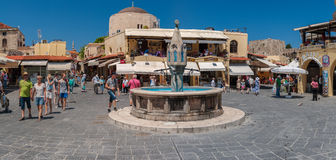 Panorama de place de Hippocrate à la vieille ville de Rhodes, Grèce Photo libre de droits
