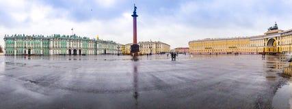 Panorama de place de palais d'automne avec vue sur la colonne d'Alexandre Photos stock