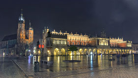 Panorama de place principale du marché la nuit, Pologne, Cracovie photos libres de droits