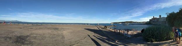 Panorama de Plage de la Gravette, Antibes, França Fotos de Stock