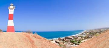 Panorama de plage de Mancora avec le phare, Pérou photo libre de droits