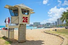 Panorama de plage de Waikiki avec la tour de baywatch de délivrance Images stock