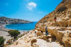 Panorama de plage de Matala Cavernes sur les roches Photographie stock