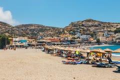 Panorama de plage de Matala Cavernes sur les roches Image libre de droits
