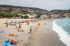 Panorama de plage de Matala Des cavernes sur les roches ont été employées comme cimetière romain et à la décennie Photographie stock libre de droits