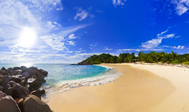 Panorama de plage tropicale à la soirée Image stock