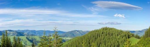 Panorama de plusieurs arêtes de montagne contre du ciel dans carpathien photographie stock