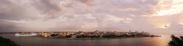 Panorama de port dans La Habana Cuba au coucher du soleil photographie stock libre de droits