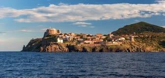 Panorama de port de Capraia et de ville de la mer, roches, yacht Photo stock