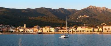 Panorama de port de Marciana Marina avec la montagne de Monte Cappane Images stock