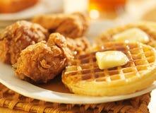 Panorama de poulet frit et de gaufres Images stock