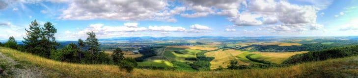 Panorama de Povazsky Inovec y pueblos en el valle Foto de archivo