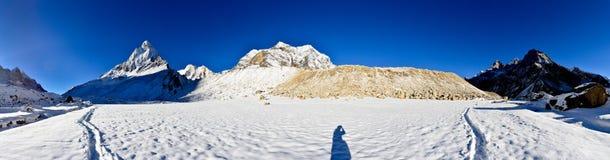 Panorama de pré de Tapovan avec le bâti Shivling et photographie stock libre de droits