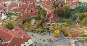 Panorama de Praga, antena de la ciudad, opinión desde arriba sobre el paisaje urbano de Praga, vuelo sobre la ciudad, ciudad viej almacen de metraje de vídeo