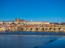 Panorama de Praga con el río de Moldava Foto de archivo