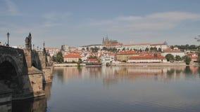 Panorama de Praga con una parte de Charles Bridge y del río Capital checa almacen de metraje de vídeo