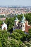 Panorama de Praga de la colina de Petrin Imagen de archivo libre de regalías