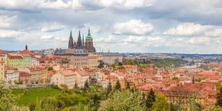 Panorama de Praga de la primavera de la colina de Praga con el castillo de Praga, Vlta Imágenes de archivo libres de regalías