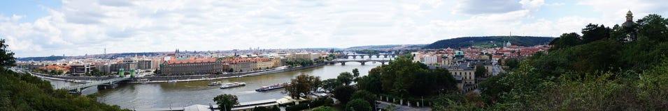 Panorama de Praga e do rio Vlatva fotos de stock