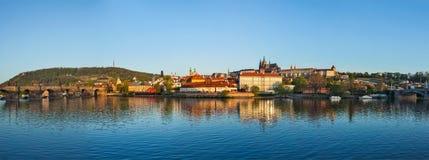 Panorama de Praga: Gradchany (castelo de Praga), St. Vitus Cathedr Imagens de Stock Royalty Free