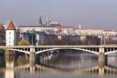 Panorama de Praga y del puente con la reflexión sobre el río Moldava Imagen de archivo libre de regalías