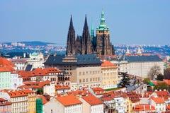 Panorama de Prague avec la cathédrale de rue Vitus Photos stock