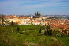 Panorama de Prague avec la cathédrale de rue Vitus Photographie stock libre de droits