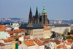 Panorama de Prague avec la cathédrale de rue Vitus Images stock