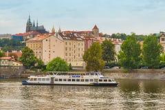 Panorama de Prague avec vue sur le St Vitus Cathedral photo libre de droits