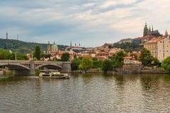 Panorama de Prague avec vue sur le St Vitus Cathedral images stock