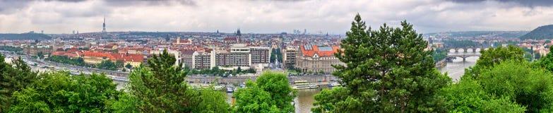 Panorama de Prague fait à partir des collines de Hradcany, République Tchèque Image stock