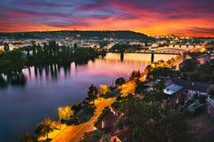 Panorama de Prague pendant le beau coucher du soleil avec les nuages colorés photo stock