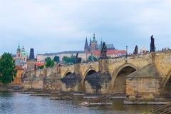 Panorama de Prague, y compris Charles Bridge images stock