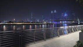 Panorama de rascacielos de Dubai en la noche Vista del distrito del Griego de Dubai almacen de video