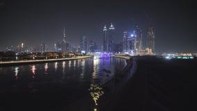Panorama de rascacielos de Dubai en la noche Vista del distrito del Griego de Dubai almacen de metraje de vídeo