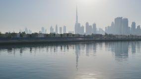 Panorama de rascacielos de Dubai por la mañana en la salida del sol Distrito del Griego de Dubai almacen de video