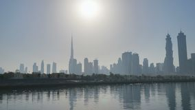 Panorama de rascacielos de Dubai por la mañana en la salida del sol Distrito del Griego de Dubai almacen de metraje de vídeo