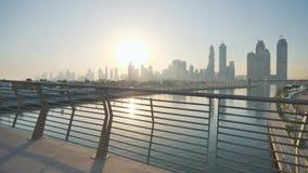 Panorama de rascacielos de Dubai por la mañana en la salida del sol Distrito del Griego de Dubai Tiroteo en el movimiento con ele almacen de video