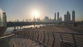 Panorama de rascacielos de Dubai por la mañana en la salida del sol Distrito del Griego de Dubai Tiroteo en el movimiento con ele metrajes