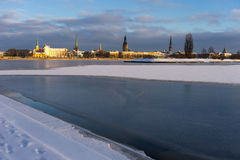 Panorama de Riga no rio congelado e na neve fresca Fotos de Stock Royalty Free