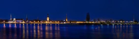 Panorama de Riga velho na noite Fotos de Stock Royalty Free