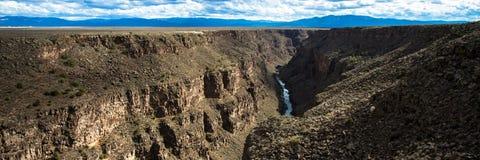 Panorama de Rio Grande y de su garganta según lo visto de su puente en New México septentrional imagen de archivo