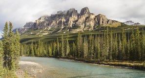 Panorama de rivière d'arc de montagne de château Photographie stock