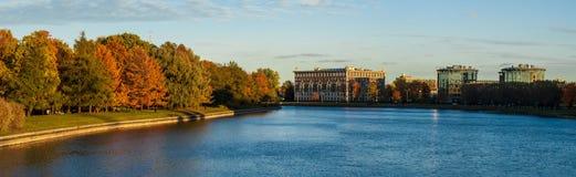 Panorama de rivière et de parc automnal Photos libres de droits
