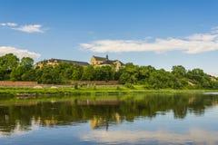 Panorama de rivière d'insecte et de colline de château Images libres de droits