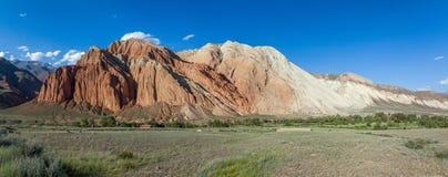 Panorama de rocas erosionadas en el valle de Kekemeren Foto de archivo libre de regalías