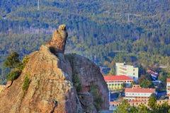 Panorama de roches et de ville de falaise, Belogradchik, Bulgarie Images stock